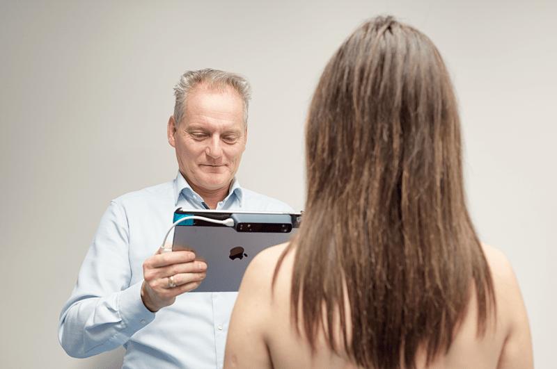 Dr. med. patrick bauer und patientin bei der foto erstellung einer 3D simualtion