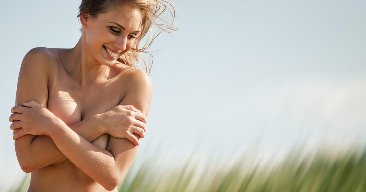 werbefoto lachende frau verdeckt ihre brust Brustvergroesserung bei Dr. med. Patrick Bauer