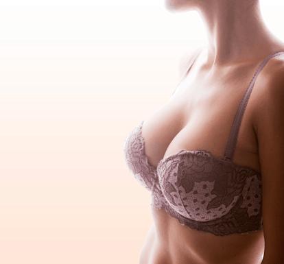 Dekolleté einer frau mit wohlgeformten bruesten. Ergebnis einer Brust Operation. brust OP