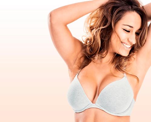 Werbefoto- lachende frau in bh nach brustvergrösserung
