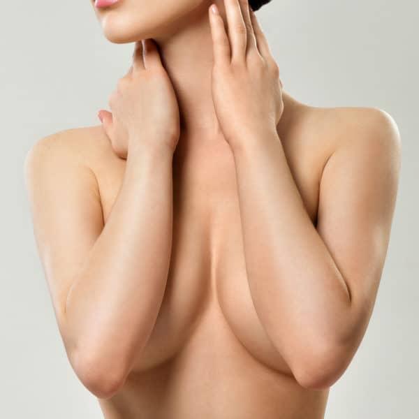 Werbefoto- frau bedeckt mit unterarmen ihr brust