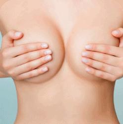 frontalbild oberkoerper frau brust verdeckt mit haenden